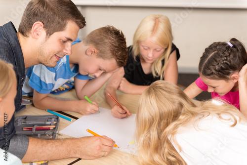 Kinder in der Grundschule - 75174127
