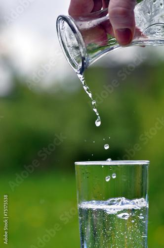 canvas print picture Wasser eingießen