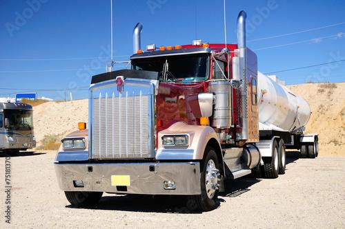 fototapeta na ścianę Wielkie amerykańskie ciężarówki na parking naziemny. Stan Nevada. USA.