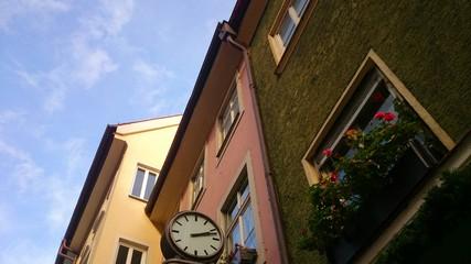 Uhr an hausfassade