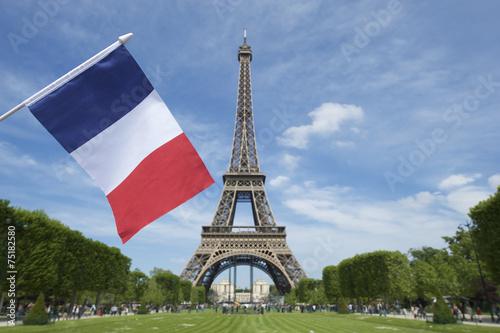 Wieża Eiffla z flaga francuski lato niebo