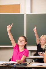 Mädchen in der Grundschule meldet sich