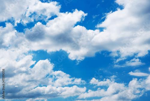 biale-chmury-na-niebieskim-niebie