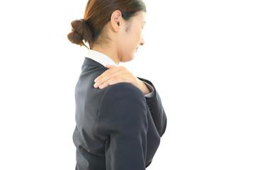 肩痛に悩む女性