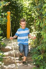 Junge läuft auf Spielplatz