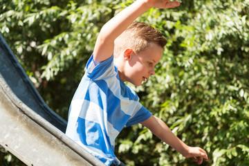 Junge auf der Rutsche