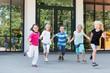 Kinder laufen auf dem Schulhof - 75190312