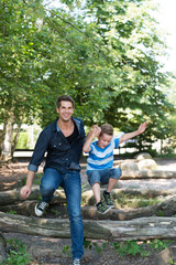 Lehrer mit Kindern auf dem Spielplatz