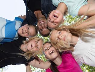 Kinder kopfüber auf dem Spielplatz