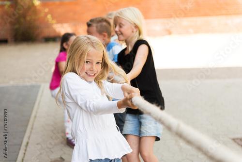 Kinder beim Tauziehen - 75200390