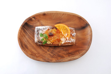 木のお皿にのせた オレンジ マーマレード パイのお菓子 白背景