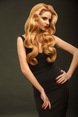 Blonde Hair. Portrait of Beautiful Woman with Long Wavy Hair.