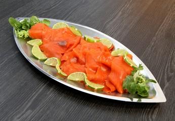 plat de saumon fumé en tranches,décor citron vert