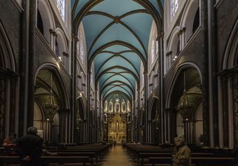 Un Pasillo hacia el Altar