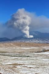 冬の阿蘇と噴煙