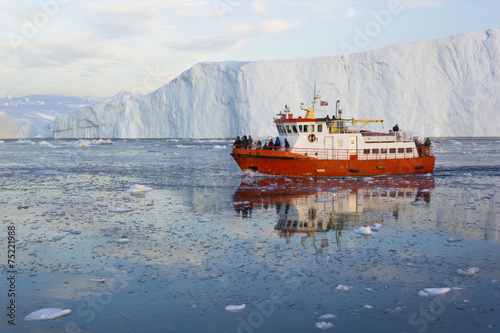 Tuinposter Poolcirkel Midnight sailing in Ilulissat Icefjord, Greenland.
