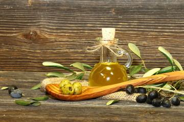olivenoil mit oliven
