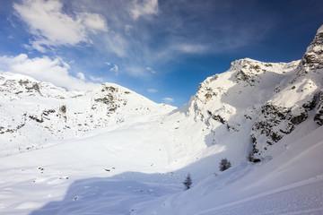Panorama di montagna con neve