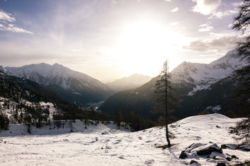 tramonto in montagna d'inverno