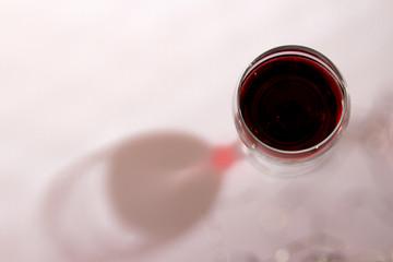 Weinglas mit Schatten ©yvonneweis