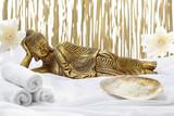 Fototapety Bad-Accessoires mit goldenem liegendem Buddha.