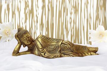 Bad-Accessoires mit goldenem liegendem Buddha.