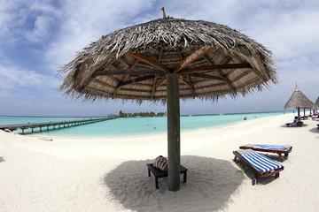 Maldive, ombrellone sulla spiaggia