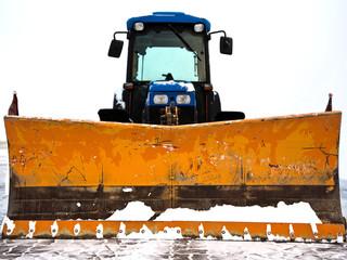 Traktor als Schneepflug zur Schneeräumung