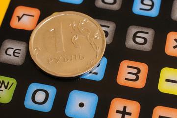Монета один рубль и калькулятор