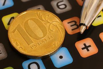 Монета, шариковая ручка и калькулятор