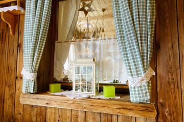 dekoriertes Fenster in Holz