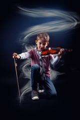 moderner Junge mit Geige