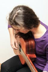 Frau beim Gitarre spielen