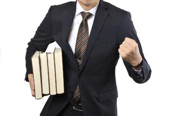 たくさんの本を持っている男性のビジネスマン