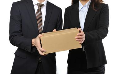 箱を持っている二人のサラリーマン