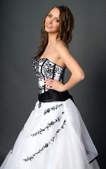 hübsche Frau in einem Hochzeitskleid