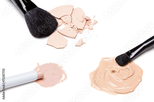 Concealer, foundation and powder with brushes - 75287755