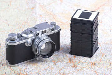Alte analoge Kamera und Stapel von Dias