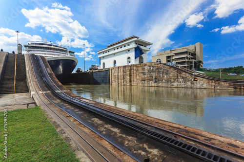 Tuinposter Kanaal Ship exits locks at the Panama Canal
