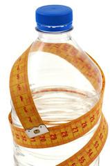 Bouteille d'eau et centimètre de couturière