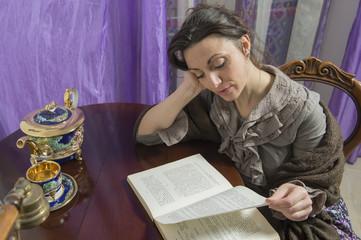 donna con scialle intenta a leggere