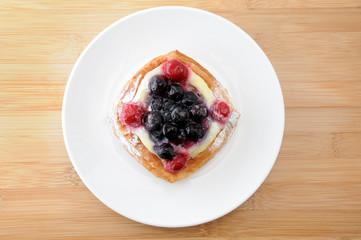 お皿にのせた ブルーベリーパイ お菓子 テーブル