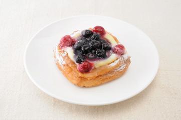 お皿にのせた ブルーベリーパイ お菓子 テーブルクロス