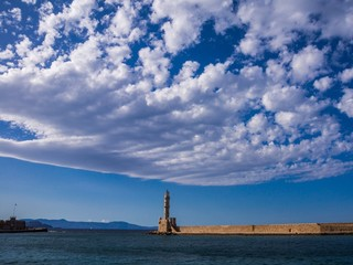 Leuchtturm und Hafenmauer von Chania auf Kreta