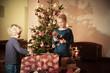 Kleines Mädchen freut sich vor Christbaum über ihr Geschenk