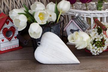 Dekoration mit Tulpen und Herz