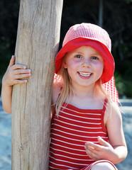 fröhliches Mädchen in roter Sommerkleidung