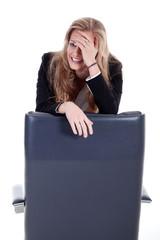 Junge Geschäftsfrau ist Fehler peinlich und schämt sich