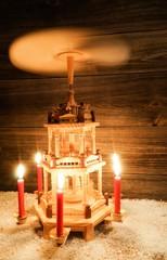 Sich drehende Weihnachtspyramide im Schnee, Dekoration