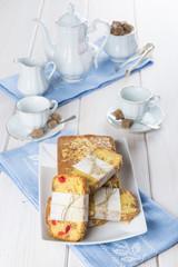 Bizcocho de frutas con café te o chocolate para el desayuno